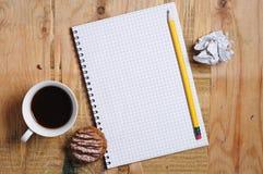 Notizblock und Kaffee lizenzfreie stockfotos