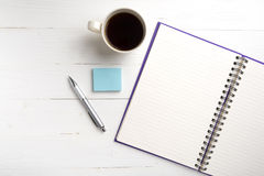 Notizblock und Kaffeetasse Stockfotografie