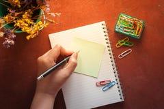 Notizblock und klebriges Papier Stockfotografie