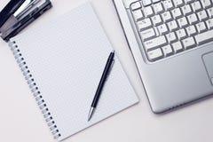 Notizblock und Laptop im Büro Lizenzfreie Stockfotografie