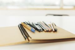 Notizblock und Stifte Stockfoto