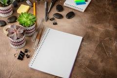 Notizblock und Succulents auf dem Tisch Das Geschäftskonzept lizenzfreies stockfoto