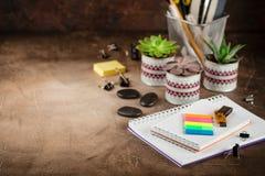 Notizblock und Succulents auf dem Tisch Das Geschäftskonzept stockfotografie