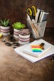 Notizblock und Succulents auf dem Tisch Das Geschäftskonzept lizenzfreie stockfotografie
