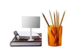 Notizblocktagebuch mit einem Bleistift in einem Glas der Orange auf einem weißen Hintergrund, ein Zeichen für den Aufkleber Lizenzfreie Stockfotografie
