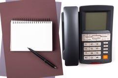 Notizbuch auf Blättern des strukturierten Papiers und des digitalen Telefons Lizenzfreie Stockbilder