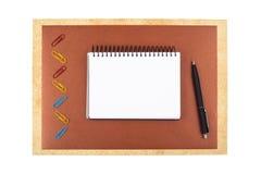 Notizbuch auf dem braunen strukturierten Papier, das einen Rahmen nachahmt Lizenzfreies Stockbild