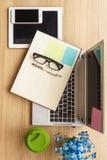 Notizbuch auf einem Arbeitsschreibtisch Lizenzfreie Stockfotografie