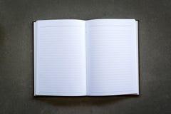 Notizbuch auf einem grauen Hintergrund lizenzfreies stockfoto