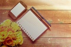 Notizbuch auf einem hölzernen stockfotografie