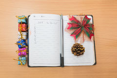 Notizbuch auf einem Holztisch Lizenzfreie Stockfotos
