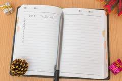 Notizbuch auf einem Holztisch Lizenzfreie Stockfotografie