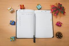 Notizbuch auf einem Holztisch Lizenzfreie Stockbilder