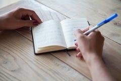 Notizbuch auf einem Holztisch Anmerkungen im Tagebuch lizenzfreies stockbild