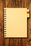 Notizbuch auf hölzernem Hintergrund Lizenzfreies Stockfoto