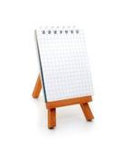 Notizbuch auf hölzernem Standplatz Lizenzfreie Stockfotos