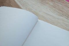 Notizbuch auf hölzerner Tabelle Stockfotos