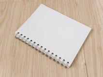 Notizbuch auf Holzfußboden Stockfotos