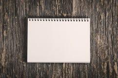 Notizbuch auf Holztisch Stockbild
