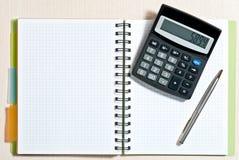 Notizbuch auf Schreibtisch Lizenzfreies Stockfoto