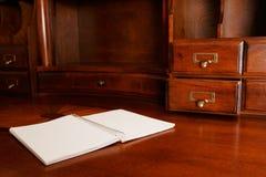 Notizbuch auf Schreibtisch Stockbilder