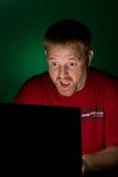 Notizbuch-Benutzer, der überrascht schaut lizenzfreies stockfoto