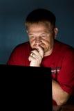 Notizbuch-Benutzer, der durchdacht schaut stockfotos