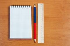 Notizbuch, Bleistift und Tabellierprogramm. Stockfotografie