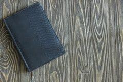 Notizbuch, das auf einem Holztisch liegt Stockbild