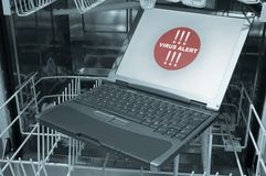 Notizbuch in der Viruswarnung der Spülmaschine 3/4- Lizenzfreie Stockfotos