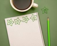 Notizbuch für Anmerkungen mit einem Tasse Kaffee und einem Bleistift Lizenzfreie Stockfotografie