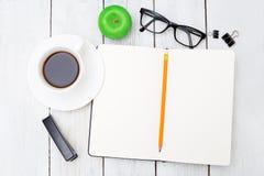 Notizbuch für Aufzeichnungen auf Studie und Briefpapier auf einem hölzernen Schreibtisch e Stockbild