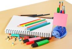 Notizbuch, farbige Bleistifte und Büroartikel Stockfotos
