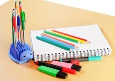 Notizbuch, farbige Bleistifte und Büroartikel Lizenzfreies Stockbild