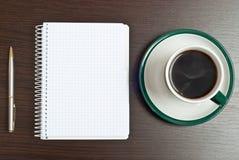 Notizbuch, Feder u. Kaffee Stockfotografie