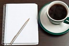 Notizbuch, Feder u. Kaffee Stockbilder