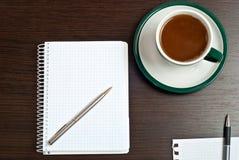 Notizbuch, Feder u. Kaffee Stockfotos