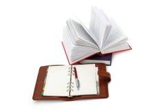 Notizbuch, Feder und Bücher Stockbild