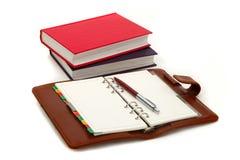Notizbuch, Feder und Bücher Lizenzfreie Stockfotografie