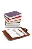 Notizbuch, Feder und Bücher Stockfotos