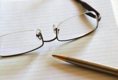 Notizbuch, Feder und Brillen stockfoto