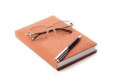 Notizbuch, Feder und Gläser Stockbild