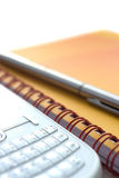 Notizbuch, Feder und Telefon Lizenzfreie Stockfotografie