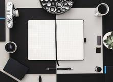 Notizbuch geöffnete flach Lage Stilvoller Arbeitsplatz stockbilder