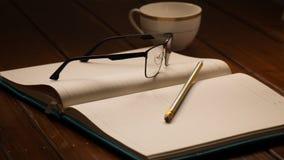 Notizbuch, Gläser, Bleistift und Schale Stockbild