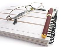 Notizbuch, Gläser und Feder Stockbilder