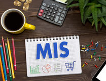 Notizbuch mit Anmerkungen MIS über den Bürotisch mit Werkzeugen Concep Lizenzfreie Stockbilder