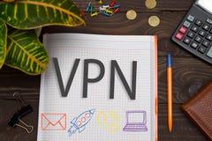 Notizbuch mit Anmerkungen VPN über den Bürotisch mit Werkzeugen Concep Stockfotos