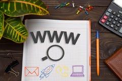 Notizbuch mit Anmerkungen WWW online sucht auf dem Bürotisch Lizenzfreies Stockfoto
