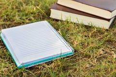 Notizbuch mit Büchern Lizenzfreie Stockfotos